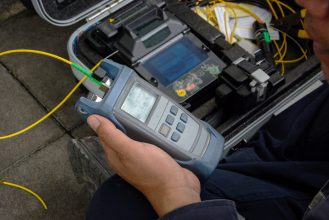 The,Technicians,Welding,Optical,Fiber,Cable,With,Fusion,Splicing,Fiber